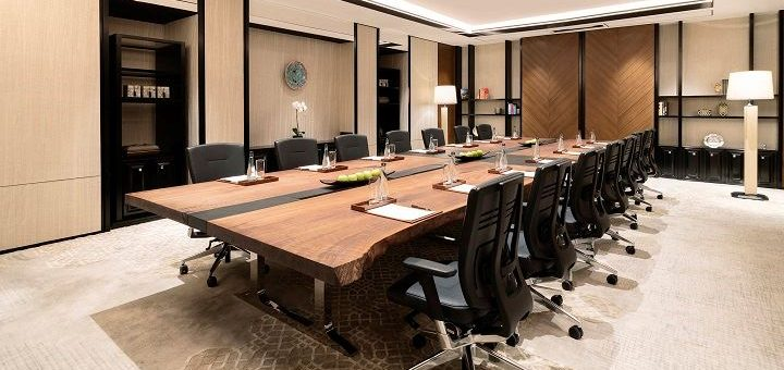 Which facilities does a business meeting rental room provide?